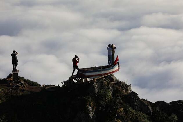 2 bin 700 metredeki yaylada, kayıkta 'Titanic pozu' veriyorlar