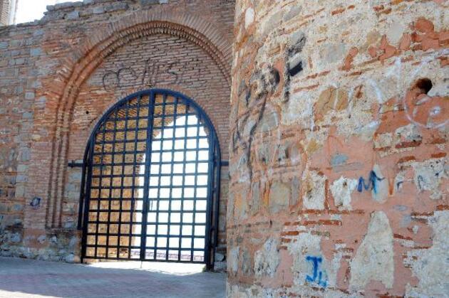 Son dakika.. Tarihi kalenin duvarlarına sprey boya ile isim yazdılar