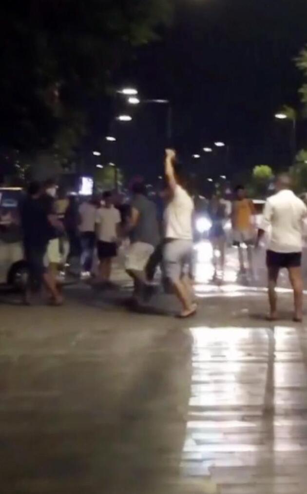 Son dakika.. Arkadaşlarına otomobil çarptı, onlar kavgaya devam etti