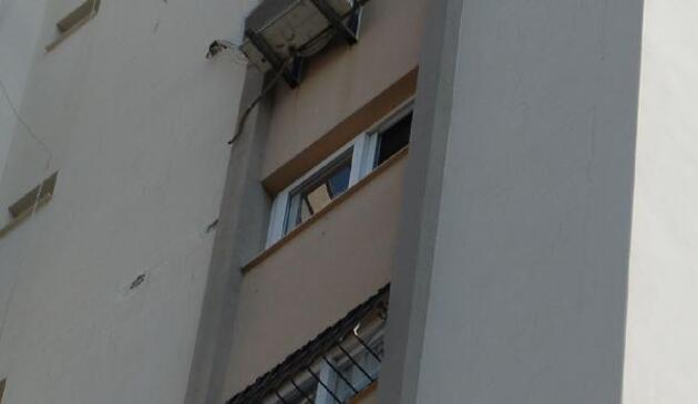 Son dakika.. 11. katta cam silerken düştü