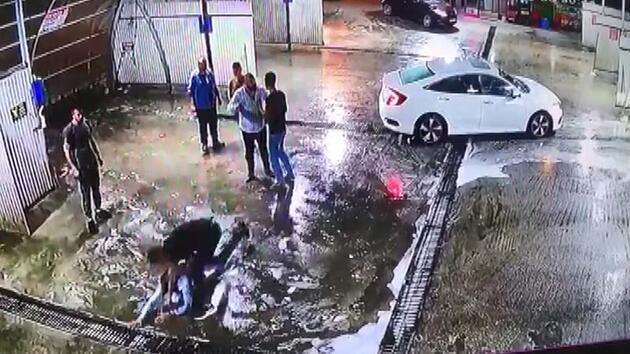 Son dakika... Dövüldükten sonra araçtan atıldı, başka bir araç çarptı
