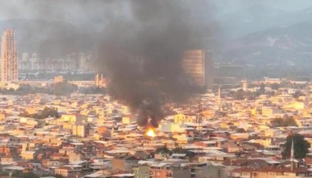 Yangında ev küle döndü, mahalleli sosyal mesafeyi unuttu