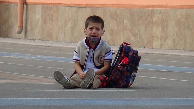 Yüz yüze eğitimin ilk gününde minik Emir, ağlayarak dışarı çıktı