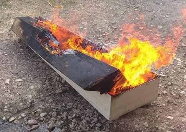 Koronavirüsten öldü, gömüldükten sonra tabutu yakıldı