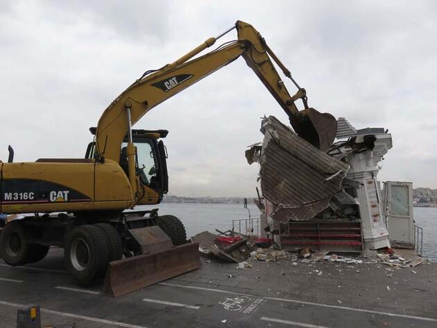 Son dakika... Üsküdar sahilindeki 2 büfe yıkıldı