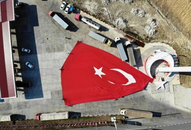 Son dakika.. Türkiye'nin en büyük bayrağı göndere çekildi