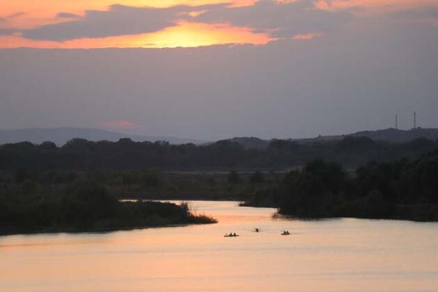 Gün batımında Meriç Nehri'nde kano turu