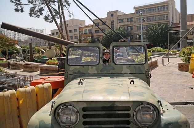İran-Irak Savaşı'nın yıl dönümünde Tahran meydanında ağır silahlarla gövde gösterisi