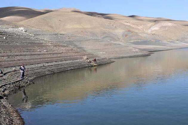 Baraj gölünün su seviyesi 10 metreye düştü, vatandaşlar endişeli