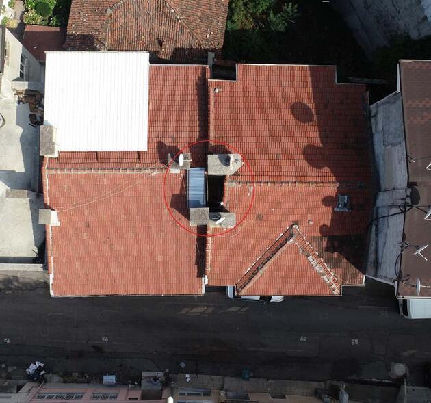 Bursa'da, Babazakir türbesi iki bina arasında kaldı