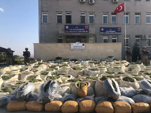 Son dakika... Diyarbakır'da narko-terör operasyonu: 4 ton esrar, 236 bin kök kenevir ele geçirildi