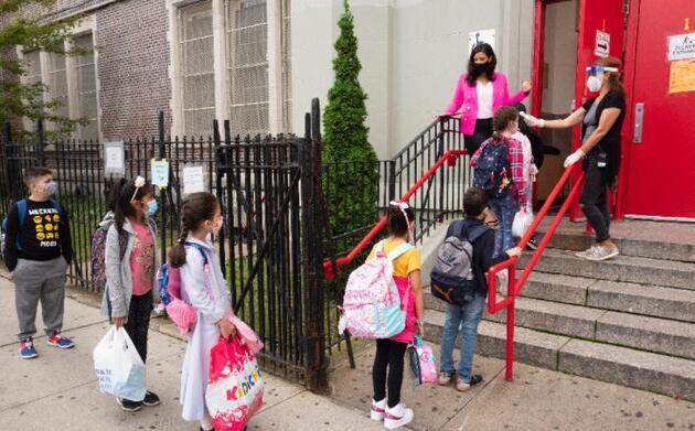Son dakika.. New York'ta Kovid-19 nedeniyle iki kez ertelenen okullar açıldı