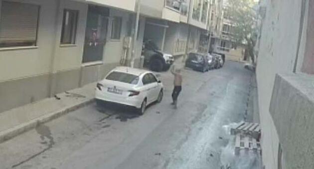 Son dakika... Evinin önüne park eden aracın üzerine saksı atıp, sopayla defalarca vurdu