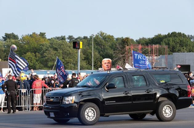 """""""Bir sürprizim olacak"""" demişti... Trump hastane önünde kendisini destekleyenleri selamladı"""