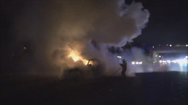 Silivri'de lüks araç alevlere teslim oldu, 2 kişi son anda kurtuldu