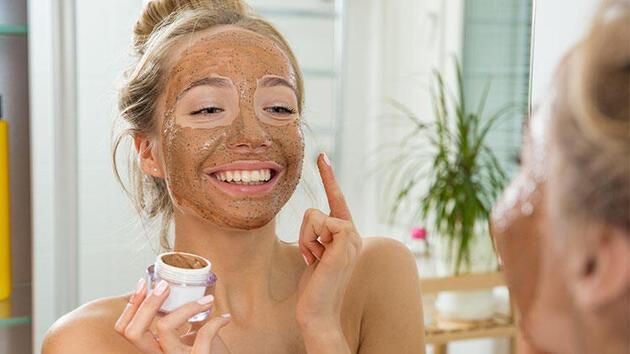 Sivilce eğilimli ciltler için en etkili yüz maskesi tarifleri