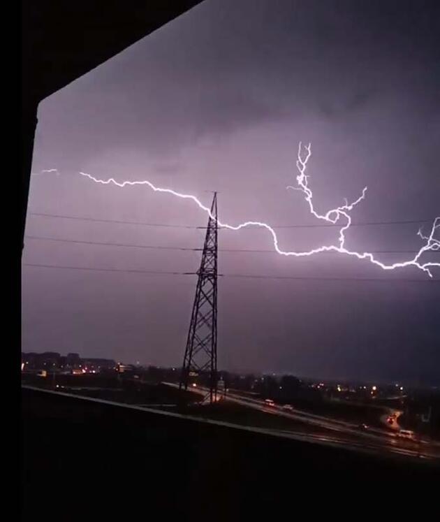 Son dakika... Sağanak yağışın etkili olduğu Bursa'da yıldırım düşme anı kamerada