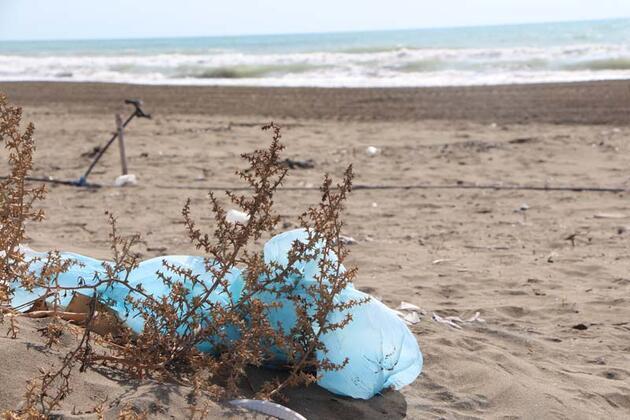 Plastik ham maddesi sahil kumlarına karıştı! 'Bir avuç kumda 200 tane var'