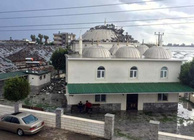 Şiddetli fırtına sonrası iki caminin minaresi uçtu