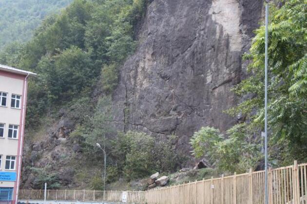Yamaçtan bahçesine kaya parçaları düşen okul kapatıldı