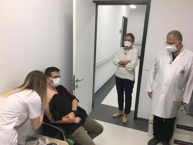 Almanya'dan gelen koronavirüs aşısı gönüllülere yapıldı