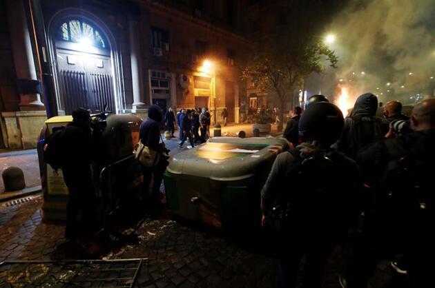 Napolikentinde sokağa çıkma yasağı olaylı başladı