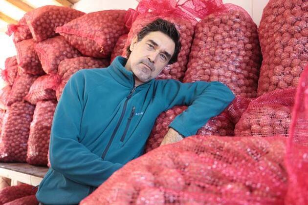 Huzuru köy yaşamında bulan oyuncu Burak Hakkı, cevizlerini hasat etti