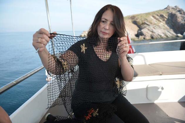 Denizden çıkarılan ağlarla alışveriş çantası yapıyorlar