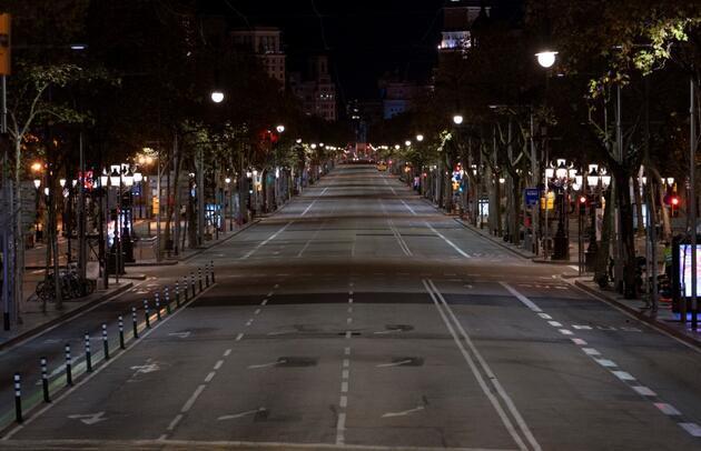 Kısıtlamalar başladı: Milyonlarca turisti ağırlayan Barcelona sessiz kente büründü