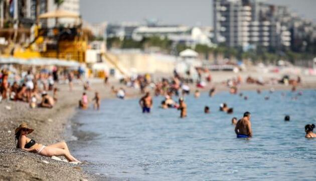 Ne deniz ne hava sıcaklığı düştü, plajlar doldu