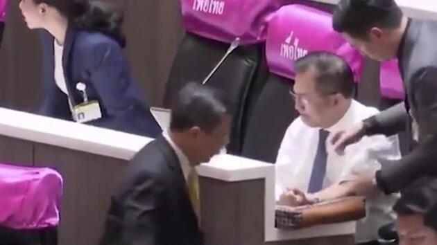 Tayland parlamentosunda hareketli anlar! Milletvekili kolunu kesti