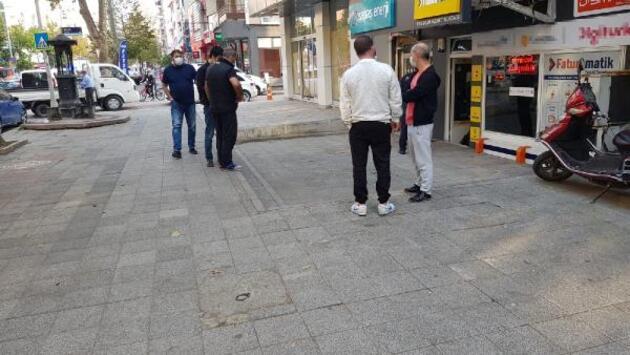 Genç adam sokak ortasında bıçaklandı
