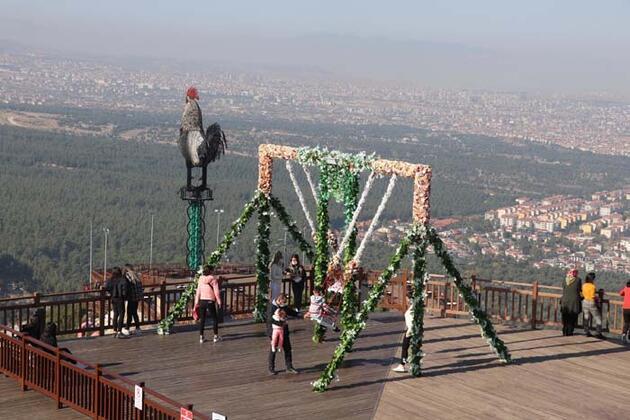 Dev horoz heykeline ziyaretçi akını