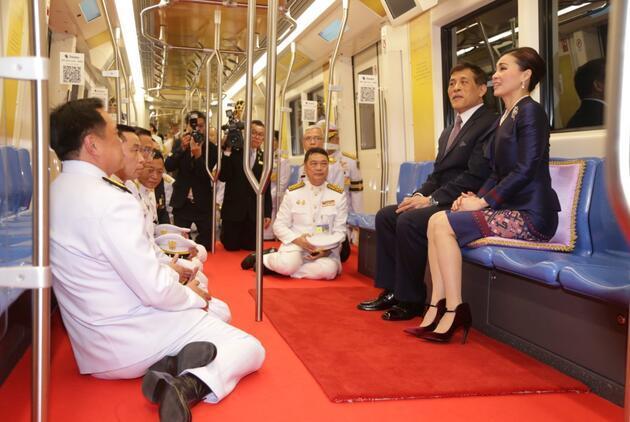 Tayland Kralı katıldığı metro açılışında kırmızı halı serdirdi
