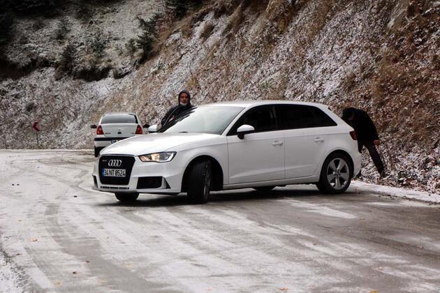 Yedigöller yolu kar ve buzlanma nedeniyle trafiğe kapatıldı, yüzlerce tatilci geri döndü