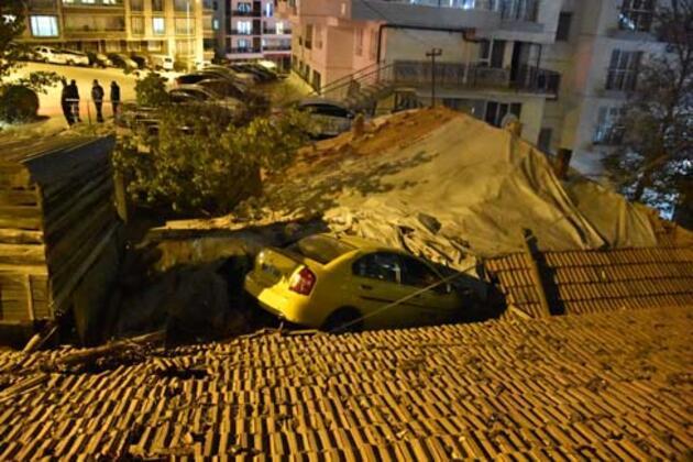 Akılalmaz kaza! Taksi evin çatısına uçtu