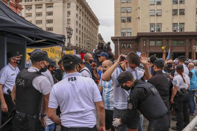 Arjantin Diego Maradona'ya veda ediyor