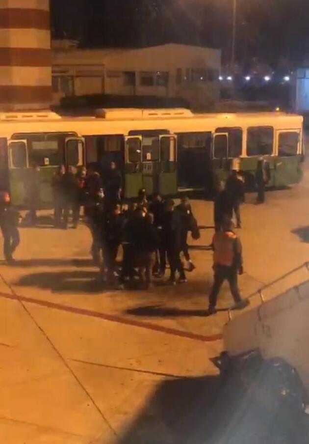 3 yolcu ile futbolcular uçakta birbirine girdi