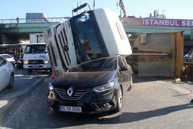 Otomobilinin üzerine hafriyat kamyonu devrildi