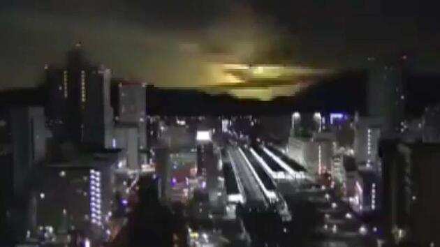 Japonya'da atmosfere giren göktaşı gökyüzünü aydınlattı