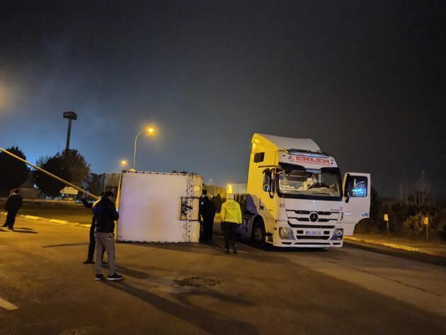 TIR devrildi, 150 bin TL'lik mobilyalar zarar gördü