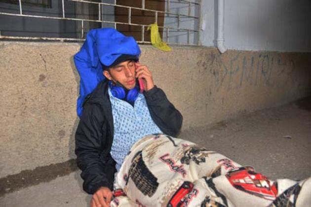 Kısıtlamada bacağından ve sırtından bıçaklandı, telefonla ailesini aradı