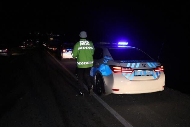 Denizli'de otomobil şarampole yuvarlandı, arkasındaki 8 araç çarpıştı: 2 yaralı