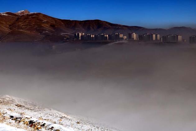 Yüksekova'da yoğun siste seyirlik manzara