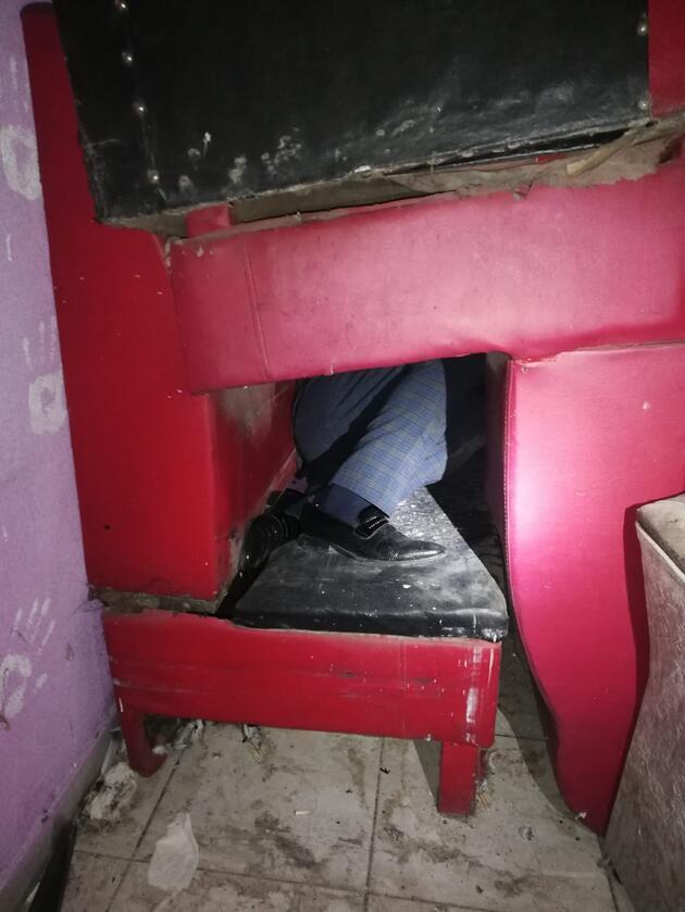 Polis baskın yaptı! Üst üste konulan koltuklardan oluşan gizli bölmede yakalandılar
