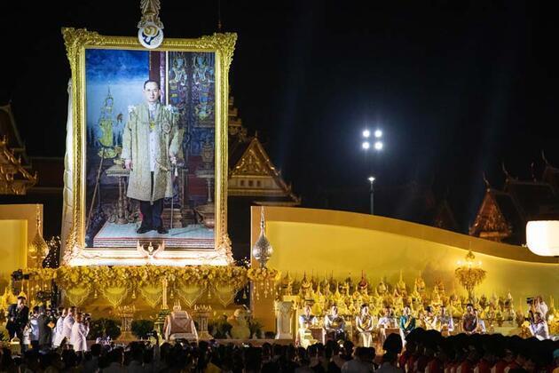 Tayland Kralı, babasının doğum günü anısına tören düzenledi