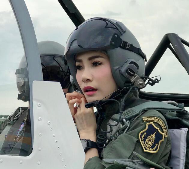 Tayland'da kriz büyüyor: Kralın 'resmi sevgilisi'nin çıplak fotoğraflarını Kraliçe mi sızdırdı?