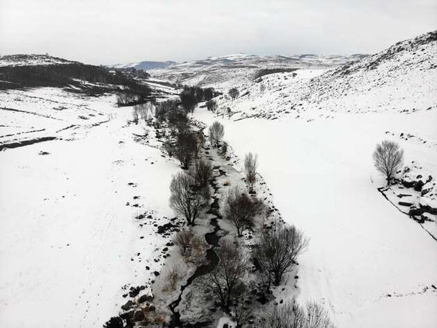 Ağrı'da buz tutan Aşağı Toklu Şelalesi'nin güzelliği drone ile görüntülendi