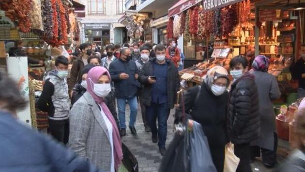 """Eminönü'nde endişelendiren kalabalık: """"İçeride nefes alamıyoruz"""""""