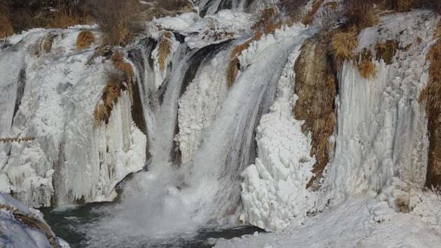 Buzdan gelinliğini giyen Muradiye Şelalesi büyülüyor